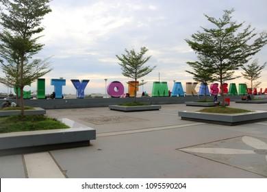 """MAKASSAR, INDONESIA - MAY 21 2018: Landmark bertuliskan """"Kota Makassar"""" yang terletak di Anjungan Pantai Losari, Makassar, yang merupakan ibukota provinsi Sulawesi Selatan"""