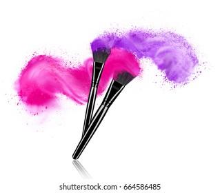 Brosses de maquillage avec éclaboussures de poudre isolées sur fond blanc