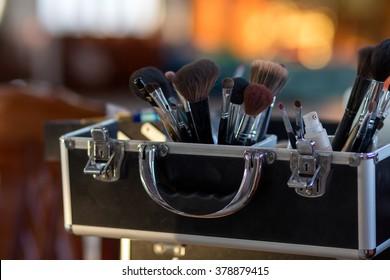 ぼかしたボケ背景にプロの化粧アーティスト用に、あらゆるサイズのブラシで化粧ケースを作成