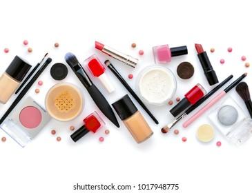 Make-up-Bürste und dekorative Kosmetik auf weißem Hintergrund. Draufsicht