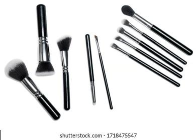 Brosses de maquillage isolées sur fond blanc. Un maquillage professionnel. Des poils naturels et synthétiques, des poignées noires et d'élégants outils de maquillage.