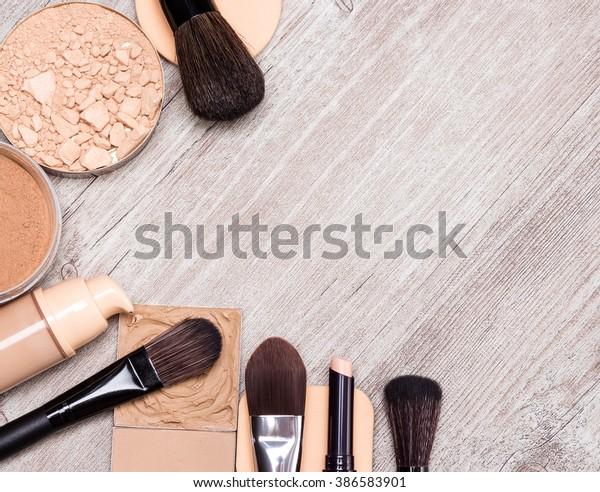 みすぼらしい木の表面に、肌の色や肌の色を均等にするために、製品やアクセサリーを作り上げます。コンシーラー鉛筆、基礎、粉末、化粧用スポンジ、化粧用ブラシ。スペースのコピー
