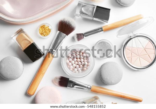 明るい背景に化粧袋とマカロンを使用したメークアップ製品