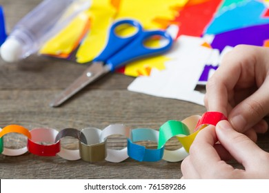 Making christmas paper chains by kid