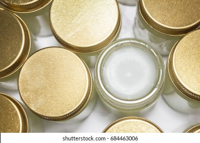 Making herbal balm warming  by yourself,Let it cool and it will harden.