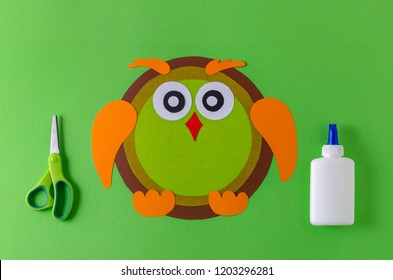 making a owl with color paper, glue and scissors
