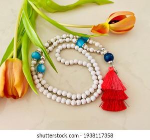Les chaînes de perles de Mala décorent elles-mêmes