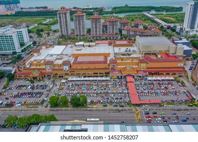 Malacca, Malaysia - July 7 2019: Aerial View Of Biggest Shopping Mall In Malacca City With Full Car Parking. The Mahkota Parade Is A Shopping Mall In Malacca City, Malaysia