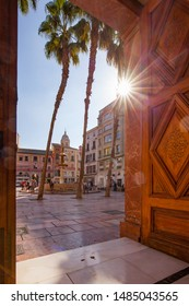 Malaga, Spanje - October 2016: Plaza de la Constitución, famous square in the historic center of Malaga city. View with fountain, palm trees and in the background the tower of the Malaga cathedral.