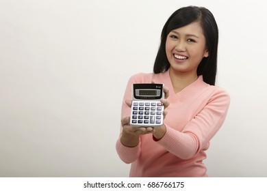 malay woman showing the display of calculator