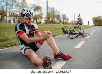 Male bycyclist fell off bike and hit his knee