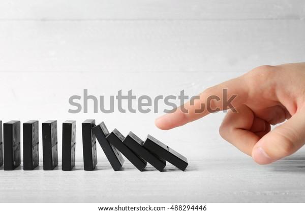 Herrschende männliche Händleruhren auf Holztisch