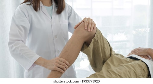 Male patients consulted physiotherapists with knee pain problems for examination and treatment in rehabilitation centers. Rehabilitation physiotherapy concept.