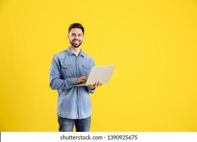 Programador masculino con fondo en color