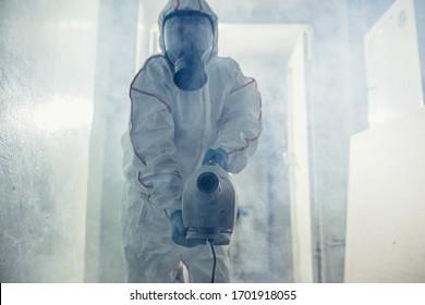 mâle en combinaison de protection hazmat et masque à gaz contre coronavirus, zones de désinfection, agent pathogène quarantaine respiratoire coronavirus concept COVID-19