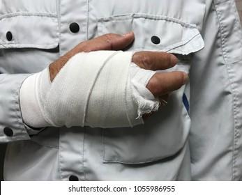 男性工人谁在工作中受伤了他的手。