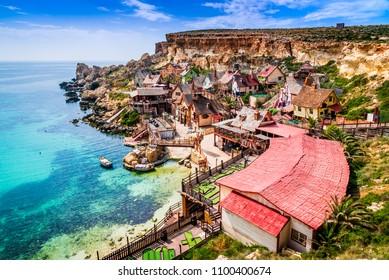 Malta, Il-Mellieha. Aussicht auf das berühmte Dorf Mellieha und die Bucht bei Sonnensonntag