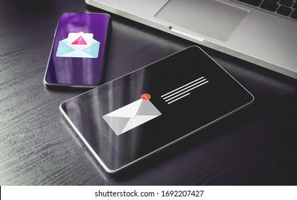 Malware Spreading Virus, Spam Distribution - Smartphone und Tablet PC mit E-Mail-Benachrichtigung Alarm und Warnmeldung Symbol. Irrelevantes nicht angefordertes bösartiges Software-, Betrug-, Betrug-E-Mail-Konzept
