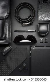 Menschliche Accessoires im Business-Stil, Seide-Krawatte, Gadgets, Aktentasche, Kleidung und andere Luxusartikel von Geschäftsleuten auf schwarzem Hintergrund, Modebranche, Draufsicht