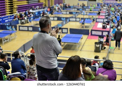 man applauding athletes in table tennis competitions