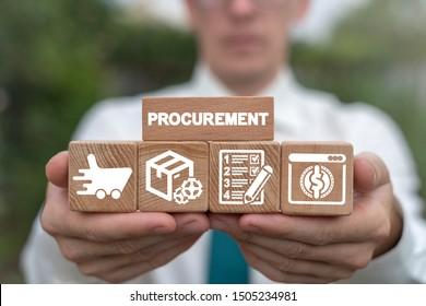 Hombre arreglando bloques de madera con cadenas de suministro e iconos de logística minorista. Concepto del sector de la gestión de las adquisiciones.