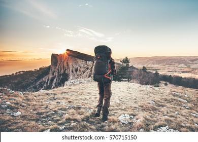 Hombre con mochila caminata en las montañas Viaje Estilo de vida éxito aventura vacaciones activas montaña exterior montaña paisaje deportivo puesta de sol