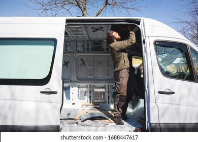 Der Mensch beginnt mit der Arbeit an seinem selbst gemachten Camper van