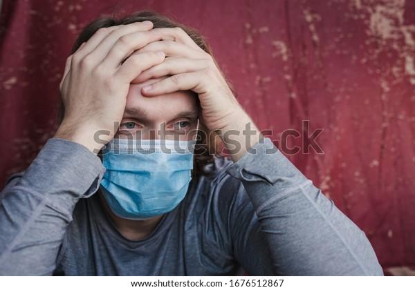 Hombre con máscara azul de protección médica para protegerlo de la infección por el virus de Corona de MERS-CoV en China. Pandemia 2019-nCoV. Protección de la salud y prevención durante la gripe y los brotes infecciosos