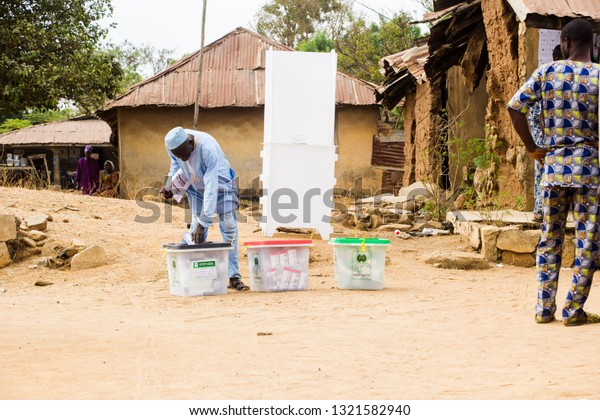 A man casting his vote at a pooling unit in Idiko-Ile during the 23rd February, 2019 Presidential Election in Nigeria