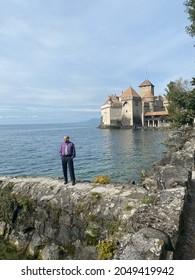 Homme au château chillin à Montreux en Suisse au lac