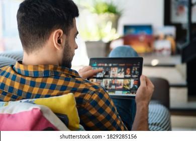 Mann, der sich für Streaming auf Tablet-Computern entscheidet