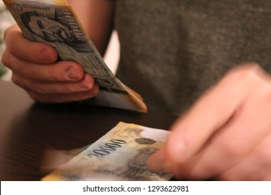 Man counting forints