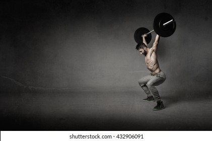 man do crosslifting, dark background