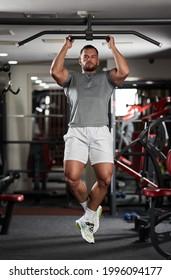 Un homme fait des exercices dans la salle de fitness du bar