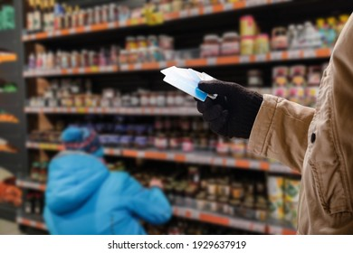 Man doing purchases in grocery shop with credit card