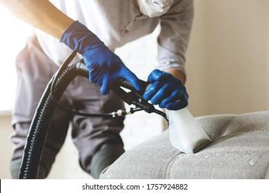 Die Angestellten des Trockenreinigers in der Schutzhandschuhreinigung mit professioneller Entnahme. Frühlingsreguläre Reinigung. Firmenkonzept der Reinigungsfirma. Nahaufnahme
