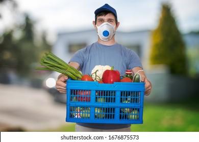 Der Mensch mit FFP3-Atemmaske liefert Nahrungsmittel und Lebensmittel während einer Virusepidemie.