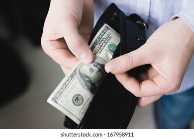 Man gets $ 100 from her purse