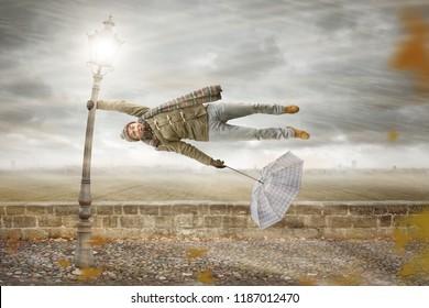 Der Mensch wird von einem mächtigen Sturm durchgeblasen