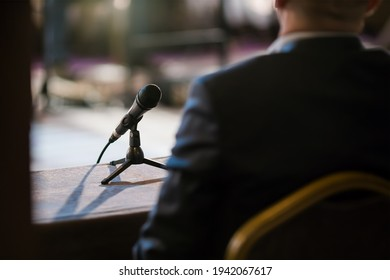 Mann, der bei der Vernehmung vor Gericht Stellung nimmt
