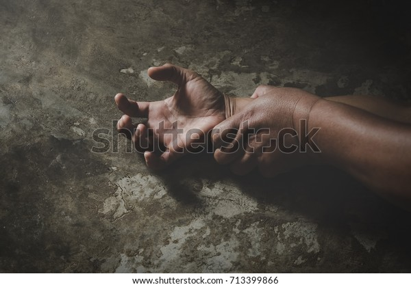 Hand des Mannes, die eine Frau hält für Vergewaltigung und sexuellen Missbrauch