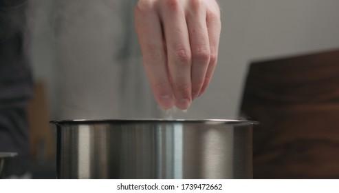 salage manuel d'eau bouillante dans une casserole