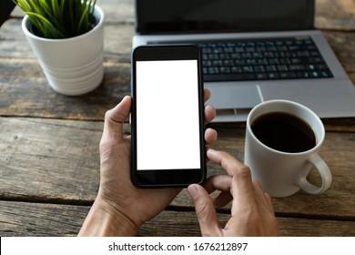 mano de hombre usando smartphone En la cafetería, en blanco de pantalla con ruta de recorte