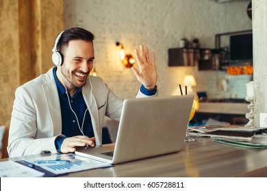 Homem tem reunião de negócios via videochamada em um café