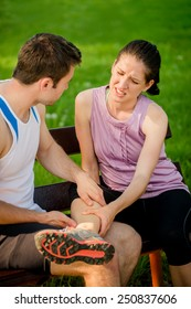 Man helps to woman who injured her leg when jogging