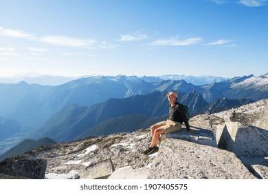 Mann in einer Wanderung in den Sommergebirgen. Schöne Naturlandschaften.