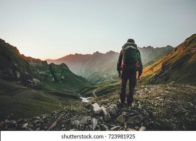 Homem caminhadas no pôr do sol montanhas com mochila pesada Viagem Estilo de vida de viagem aventura conceito de verão férias ao ar livre sozinho na natureza