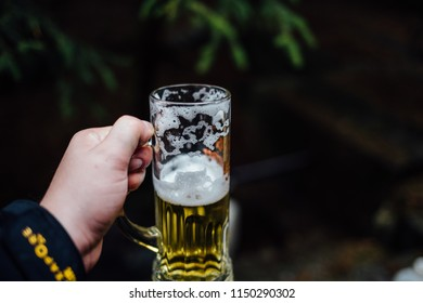 Man holding a beer glass in the Hand