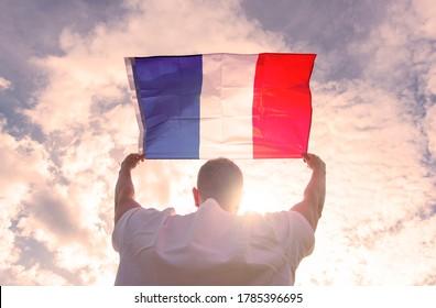 Homme tenant un Drapeau de France, image de concept