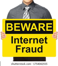 Un hombre sostiene un cartel que indica fraude en Internet